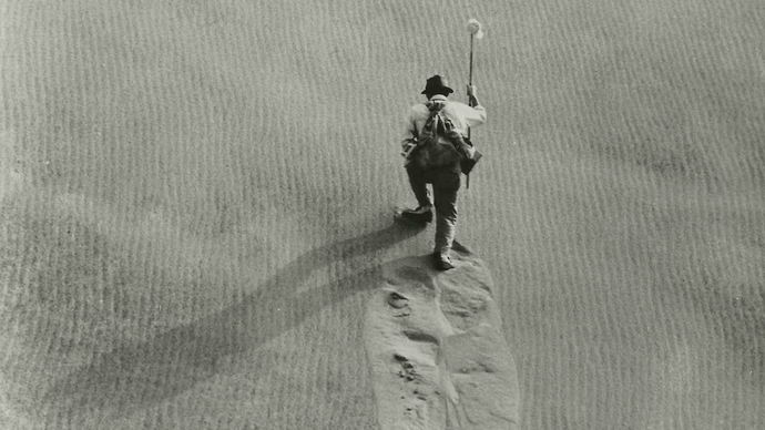 Woman-in-the-Dunes-climbing